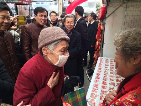 """一位日本老人获赠剪纸大师李文玲的作品后,激动地说:""""希望日中友好!"""""""