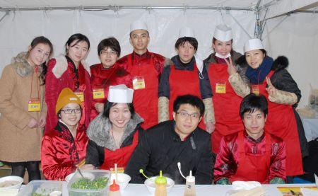 新潟华侨华人总会的会员与新潟大学中国留学生一起做义工。