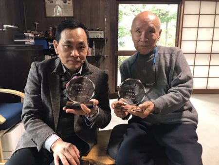 田原和日本著名诗人谷川俊太郎得奖后合影。照片由田原提供。