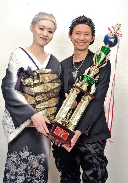 京极琉(右)在多次国际发型设计大赛上获得大奖